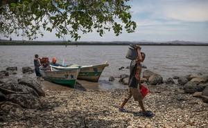 Nhận 7.000 USD đổi lấy cuộc sống trong đất liền: Lời đề nghị đáng kinh ngạc của TQ bị người dân nước nghèo từ chối thẳng thừng