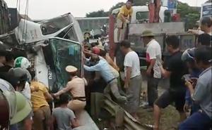 4 toa tàu hàng lật ra quốc lộ sau va chạm kinh hoàng với xe tải ở Nghệ An