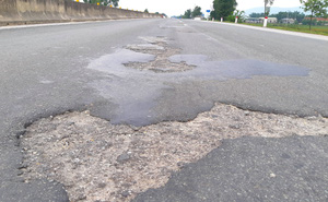 Quốc lộ hơn 2.000 tỷ đồng đoạn qua Hà Tĩnh bị bong tróc, loang lổ