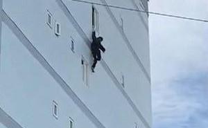 Sang Việt Nam du lịch, chàng trai Ireland leo lên tòa nhà cao tầng rồi buông tay khiến dân tình 'sợ xanh mặt'