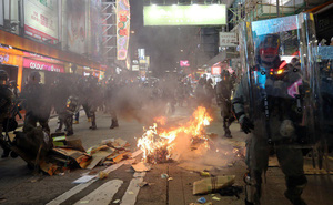 """Sau đêm """"hỗn loạn"""", Hong Kong thắt chặt đường ra sân bay, lục soát tàu xe"""