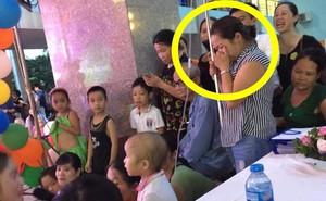 Mẹ cầm cây truyền nước, bưng mặt khóc nhìn con trai nhỏ háo hức dự tiệc Trung thu tại Bệnh viện K