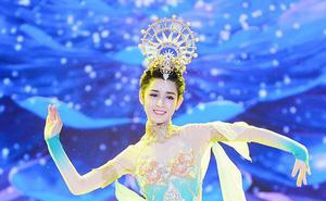 """Mỹ nữ Tân Cương nhảy múa đẹp như """"tiên nữ hạ phàm"""" trên sân khấu"""