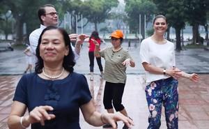 """Người dân Thủ đô bất ngờ khi tập thể dục cùng """"vị khách đặc biệt"""""""