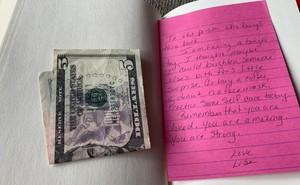 Nhận được 5 đô cùng tờ giấy nhắn kẹp trong sách từ một người lạ, cuộc sống của cô gái trẻ thay đổi hoàn toàn nhờ thông điệp ý nghĩa bên trong