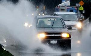 Để lái xe an toàn dưới trời mưa lớn, tài xế cần chú ý những điều gì?