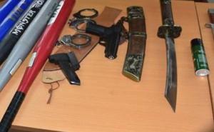 """21 thanh niên vác dao kiếm, súng bắn đạn bi """"hỗn chiến"""" gây náo loạn"""