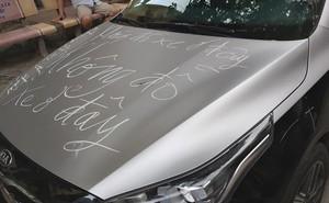 """Để xe chắn lối đi chung, chiếc xế hộp bị người dân dùng phấn cảnh cáo: """"Không đỗ xe ở đây"""""""