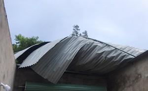 Hà Tĩnh: Lốc xoáy kèm mưa lớn khiến 42 nhà dân tốc mái