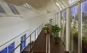 Ngôi nhà ở Nhật gây ấn tượng mạnh vì sở hữu 1 hành lang dài được xếp toàn cây cảnh