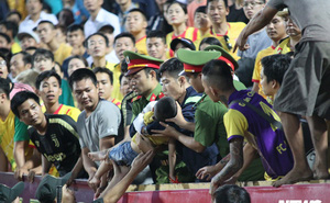 Sức khỏe của bé trai ngất xỉu ở trận Nam Định và Hoàng Anh Gia Lai giờ ra sao?