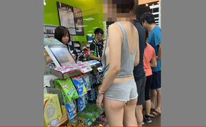 Mặc quần ngắn cũn cỡn và áo hở ngực đứng xếp hàng, cô gái khiến người xung quanh 'xấu hổ thay'