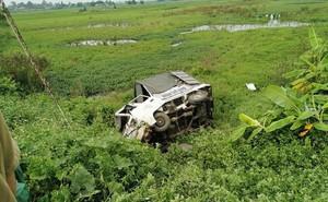 Xe tải chết máy trên đường ray bị tàu hỏa đâm nát đầu