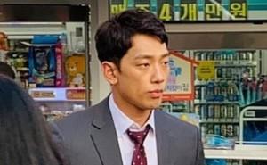Kim Tae Hee bầu bí tháng cuối thai kỳ, Bi Rain vẫn vất vả quay phim đến xanh xao, cố kiếm thêm tiền bỉm sữa?