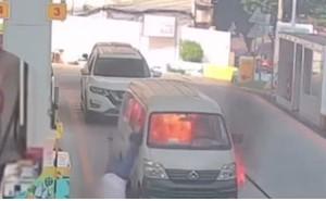 Tài xế nhảy khỏi cửa sổ trong tích tắc khi xe tải bất ngờ bốc cháy