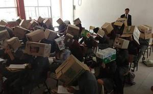 Tranh cãi vụ giáo viên cho học sinh trùm hộp giấy chống quay cóp: Phụ huynh kịch liệt phản đối, nhưng dân mạng lại đồng tình ủng hộ?