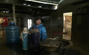 Vận chuyển mì tôm, lương khô vào cứu trợ người dân rốn lũ