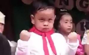 Nhà bao việc mà cứ bắt múa: Cậu bé mang khuôn mặt hờn cả thế giới lên sân khấu khiến dân mạng không ngừng chia sẻ