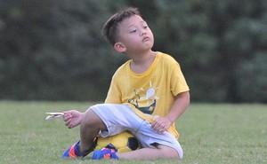 Con trai tiền vệ Thành Lương chiếm trọn spotlight ở sân tập bởi sự tinh nghịch, đáng yêu