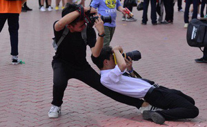 """Tạo dáng đỉnh cao như """"vũ công ba lê"""" lúc tác nghiệp chụp ảnh, hai nam sinh khiến dân mạng cười bò"""