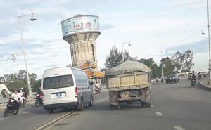 Tài xế xe biển xanh ở Thừa Thiên - Huế lấn làn vượt ẩu vì đau bụng