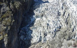 Cảnh báo nguy cơ đổ sụp của núi băng Mont Blanc