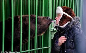 Nổi tiếng với khả năng có thể tương tác và hôn gấu ở vườn thú, người phụ nữ bị chính con vật này tấn công đến mất một chân