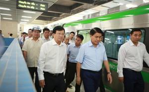"""Phó Thủ tướng đi thử tàu, """"truy vấn"""" tổng thầu đường sắt Cát Linh - Hà Đông"""