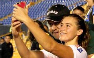 Sàm sỡ nữ cầu thủ lúc chụp hình, cổ động viên nam nhận cái kết đắng