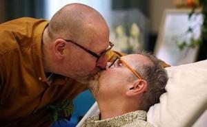 Chuyện tình cảm động của cặp đôi đồng tính già nơi phòng bệnh khiến nhiều người rơi nước mắt