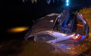 """Bị cảnh sát bắt gặp đang """"mây mưa"""" trên ô tô, cặp đôi hoảng hốt phóng xe bỏ trốn rồi lao đầu luôn xuống mương"""