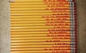 Những dòng chữ đặc biệt người mẹ viết trên 21 cây bút chì của con