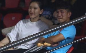 Sao trẻ U19 Việt Nam Nguyễn Kim Nhật bật khóc nức nở khi đồng đội giơ cao chiếc áo số 9 dưới sân