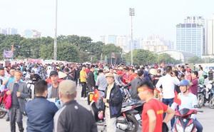 Quảng trường SVĐ Mỹ Đình đông kín CĐV dù hơn 4 tiếng nữa trận đấu Việt Nam - Thái Lan mới diễn ra
