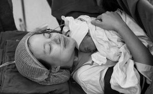 MC Minh Trang chia sẻ cảm giác với những người mẹ từng sinh mổ: ''Nằm cho con bú mà mỗi lần xoay nghiêng người chỉ chực ứa nước mắt...''