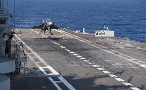 Tiêm kích nội địa hàng đầu của Ấn Độ Tejas hạ cánh xuống tàu sân bay
