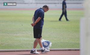 """Thầy Park """"phân thân"""", lộ rõ vẻ trầm ngâm ở buổi tập cuối của U23 Việt Nam tại Buriram"""