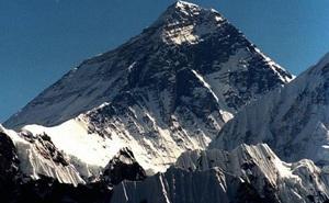 Cảnh quan đỉnh Everest thay đổi bất thường do biến đổi khí hậu