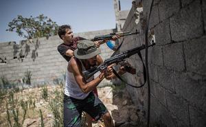 """AP tiết lộ sốc: Tiền công khai chảy vào Libya để nuôi chiến tranh, """"kẻ đứng sau"""" là ai?"""