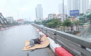 Trưa mùng 1 Tết, người đàn ông trải chiếu ra giữa phố Hà Nội để... nằm