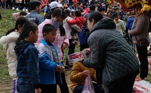 """CLIP: Hàng ngàn người đi chợ """"đánh nhau"""" cầu may"""
