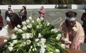 Lễ tang danh ca Thái Thanh: Chỉ có người thân, công chúng chia buồn qua livestream, Ý Lan gục bên quan tài mẹ