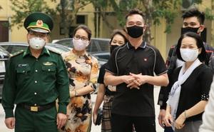 NTK Đỗ Trịnh Hoài Nam và CLB Áo dài tặng 3000 khẩu trang cho bộ đội biên phòng