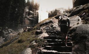 Là thí sinh cuối cùng trong cuộc thi kén phò mã, chàng trai bước lên đến bậc đá thứ 5 thì chuyện kỳ lạ xảy ra