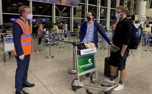 Chuyến bay chở 100 công dân Anh cùng 140.000 khẩu trang Việt Nam trao tặng đang trên đường tới Anh