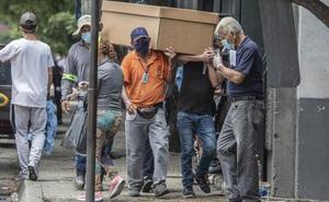 Ecuador: Nhà xác quá tải, thi thể nạn nhân COVID-19 xếp chồng chất đến 6-7 tầng trong nhà vệ sinh bệnh viện