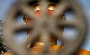 7 ngày qua ảnh: Tượng phật khổng lồ đeo khẩu trang ở Thái Lan
