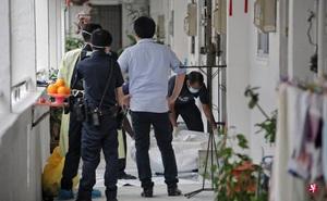 Ngửi thấy mùi lạ từ căn hộ bên cạnh, hàng xóm nhanh chóng báo cảnh sát và phát hiện cảnh tượng đáng sợ