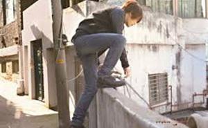 Quen thói trèo tường ra ngoài chơi, cậu học trò đột ngột bỏ hẳn tật xấu sau khi gặp 1 nhân vật không thể ngờ tới
