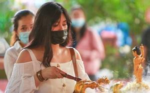 Người Sài Gòn xếp hàng trật tự, đeo khẩu trang dự Lễ Phật đản ở chùa Ngọc Hoàng, nơi ông Obama từng ghé thăm